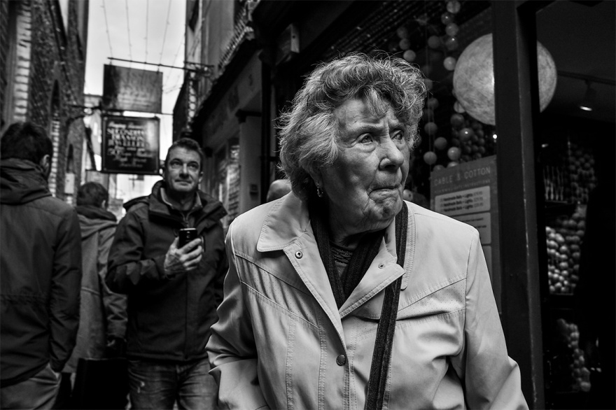 Elderly woman in alleyway, South Lanes Brighton UK. Black and white street portrait photography. Brighton UK. © P. Maton 2016 eyeteeth.net