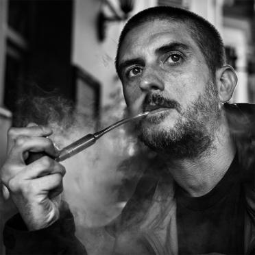 Man vaping e-pipe outside pub, black and white documentary portrait Brighton UK ©P. Maton 2017 eyeteeth.net