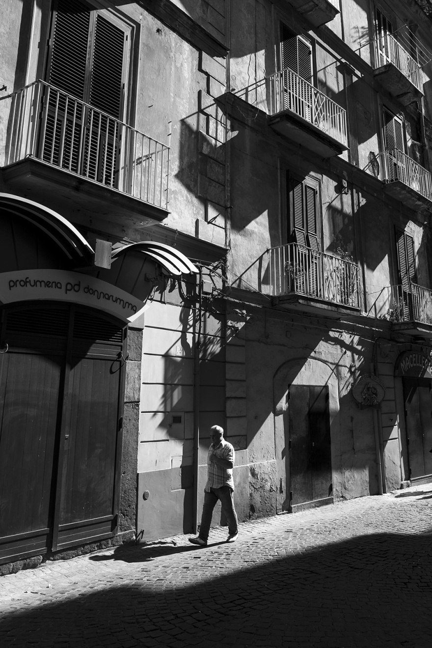 And walking in sunlight down Via Nocera in Castellammare di Stabia Italy, black and white street scene monochrome portrait © P. Maton 2018 eyeteeth.net