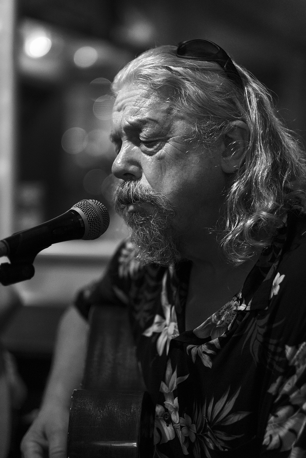 Portrait of the musician singer Dave Minns performing at the Shakespeares Head pub in Brighton UK, black and white documentary photograph ©P. Maton 2019 eyeteeth.net